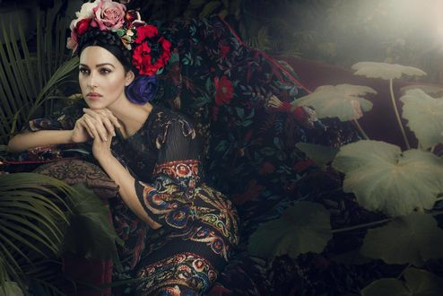 Обои Красивая девушка, Monica Bellucci / Моника Беллуччи, на голове цветы, платье расшито узором, на фоне экзотической природы