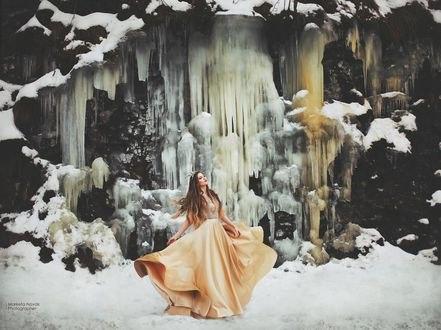Обои Модель Barus Drazanova стоит на фоне ледопада, фотограф Marketa Novak