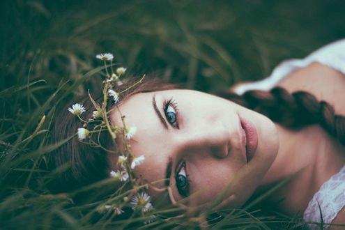 Обои для рабочего стола Девушка с венком на голове лежит в траве (© ustas91),Добавлено: 16.02.2017 01:49:52