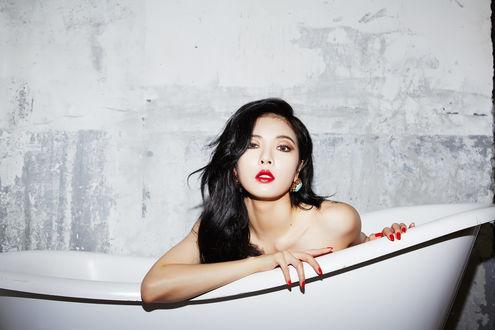 Обои Kim Hyuna / Ким Хена - южнокорейская певица, участница группы 4Minute сидит в ванне