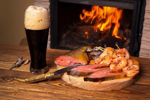 Обои Красная рыба, креветки, кружка пива на столе на фоне камина