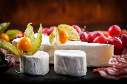 Обои Белый сыр, оранжевые и красные ягоды