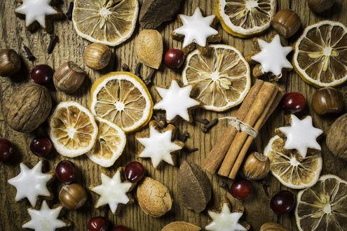 Обои Сушеные лимоны, рождественское печенье в форме звездочек, покрытое глазурью, корица, орехи, фундуки