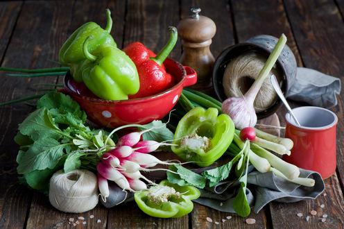 Обои Редиска, красные и зеленые перцы, чеснок на столе