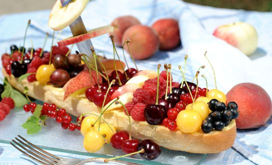 Обои Изобилие различных ягод на длинной булочке: малины, черешни, крыжовника, смородины
