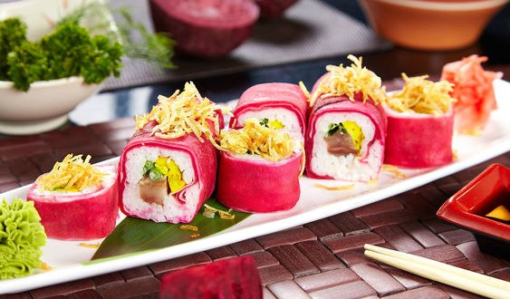 Обои Суши со свеклой, рисом, рыбой на белой длинной тарелке