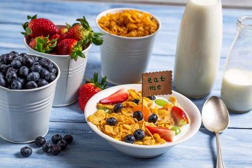 Обои Завтрак на столе: хлопья, молоко, ягоды клубники и черники (eat me / съешь меня)