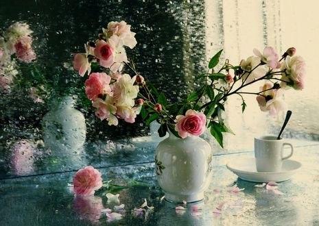 Обои Розы в вазе и чашка на столе в каплях воды стоят перед зеркалом