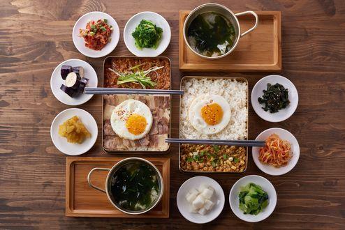 Обои Японская кухня: суп из водорослей, рис, яичница, мясо и закуски, рядом полочки для еды