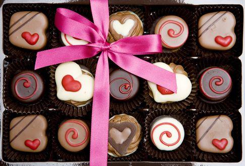 Обои Коробка шоколадных конфет ассорти, перевязанная розовой лентой