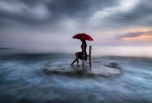 Обои Девушка с красным зонтом сидит на стуле на фоне облаков, by justeline