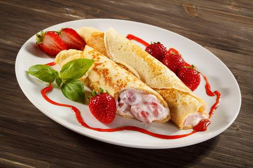 Обои Блины на тарелке с клубникой и красным сиропом