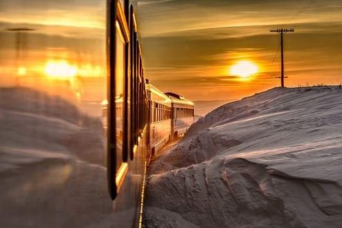 Обои Поезд едит вдоль сугробов навстречу солнцу