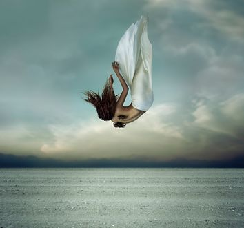 Обои Девушка- ангел полуобнаженная с обломанными крыльями падает вниз на фоне морского пейзажа