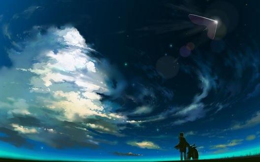 Обои Парень с мотоциклом смотрит на облачное небо, автор Jimu Kaji