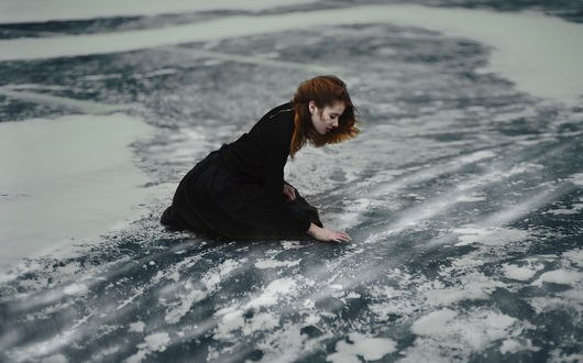 Обои Девушка сидит на замерзшей земле, фотограф Сакрюкин Кирилл