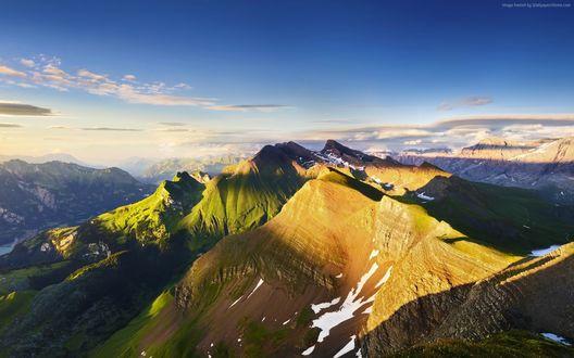 Обои Горный пейзаж в солнечных лучах