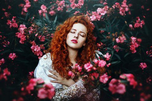 Обои Рыжеволосая красавица в цветах