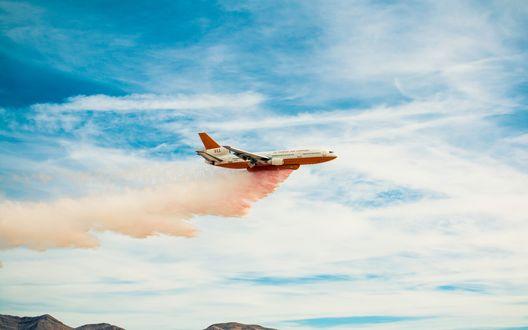 Обои Самолет службы спасения в небе, тушит пожар (911, 10 tanker carried)