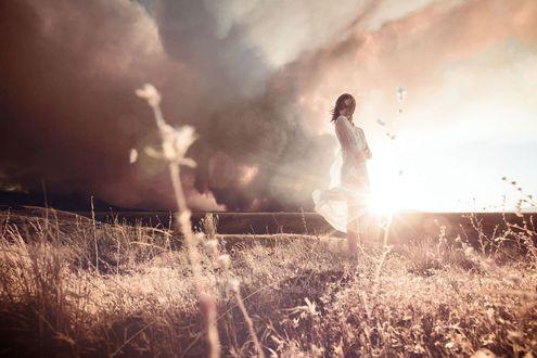 Обои Девушка в белом платье на фоне заката, фотограф Cole Rise / Коул Райс