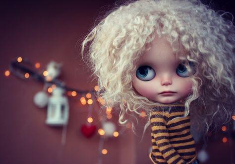 Обои Кукла с белыми волосами с голубыми глазами в полосатой кофте на размытом фоне