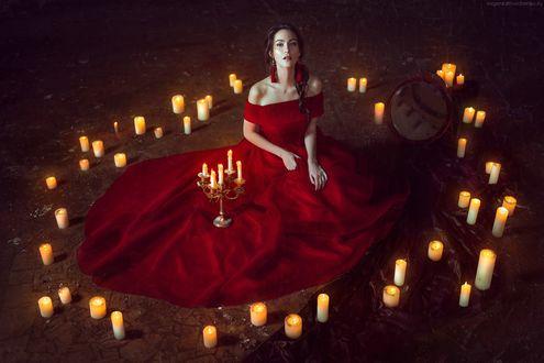 Обои Девушка в длинном красном платье сидит на полу в окружении свечей, рядом с ней зеркало. Фотограф Евгения Литовченко / Evgeniya Litovchenko