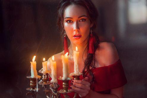 Обои Девушка в красном платье с сергами держит в руках канделябр со свечами. Фотограф Евгения Литовченко / Evgeniya Litovchenko