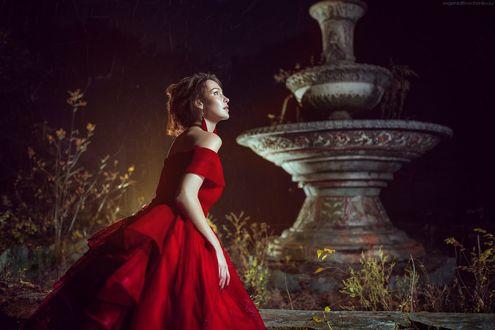 Обои Девушка в красном платье стоит в парке у вазона с засохшими цветами и смотрит вдаль. Фотограф Евгения Литовченко / Evgeniya Litovchenko