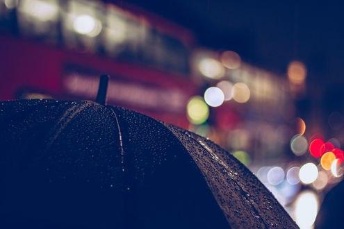Обои Черный зонт в каплях дождя на фоне бликов, by Chris Brink