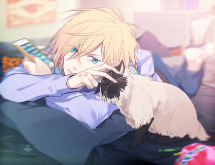 Обои Голубоглазый парень гладит кошку