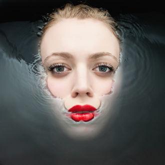 Обои Лицо девушки на поверхности воды, by Marc Lamey