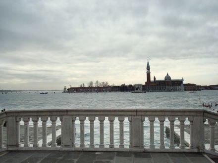 Обои Мраморный забор с колоннами, за которыми вода и остров с церковью