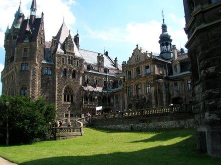 Обои Красивый готический замок в Польше с подстриженной лужайкой под солнцем