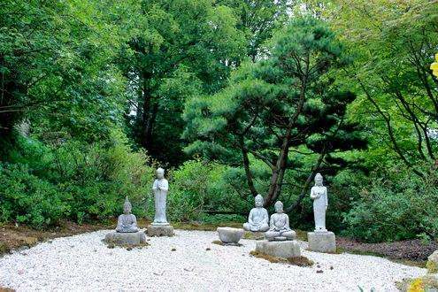 Обои Деревья летом и китайские статуи