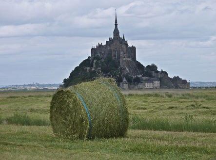 Обои Замок мон Сан-Мишель во Франции и стог сена