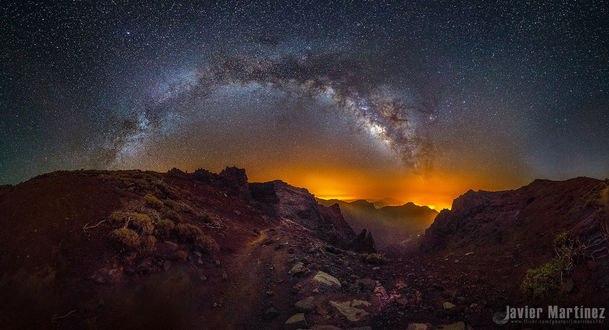 Обои для рабочего стола Млечный путь над Caldera de Taburiente, La Palma, Spain / Кальдера, Ла - Пальма, Испания, фотограф Javier Martinez Moran (© Margo Fly),Добавлено: 25.02.2017 04:30:09
