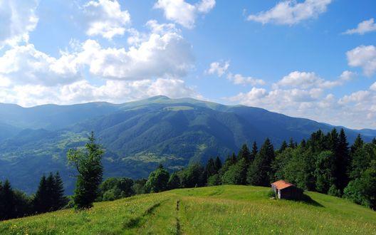 Обои Сарай на лесной поляне на фоне Украинских Карпат и облачного неба