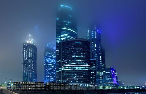 Обои Строящийся международный деловой центр Москва-Сити в ночном тумане, Москва, Россия