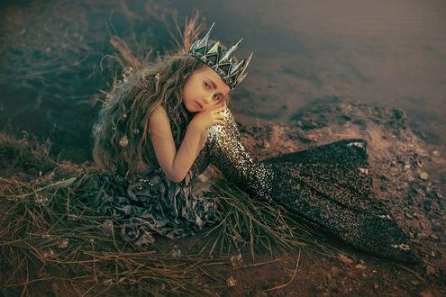 Обои Грустная девочка с длинными волосами в образе русалки в короне сидит на земле, фотограф Валерия Мытник