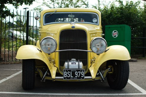 Обои Желтый старинный автомобиль