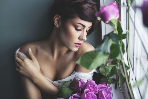 Обои Девушка с букетом роз сидит окна, на котором стоят розы, фотограф Irene Rudnyk
