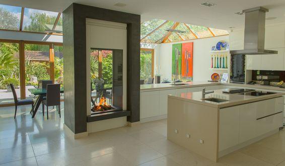 Обои Дизайн кухни с камином совмещенной с гостиной в загородном доме