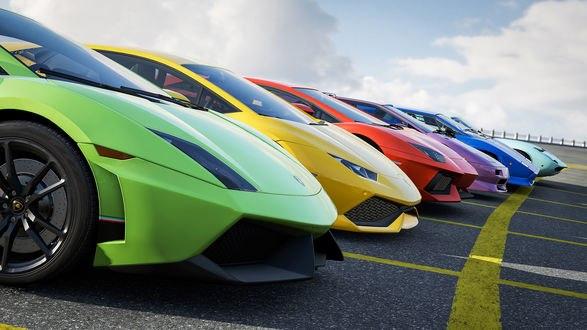 Обои Шесть суперкаров Лаборгини / Lamborghini разных времен: зеленый Гайярдо / Гальярдо / Gallardo, желтый Уракан / Huracán, красный Авендатор / Aventador, сиреневый Дьябло / Diablo, синий Кунтач / Кунташ / Countach и голубой Мьюра / Miura стоят на стартовой линии