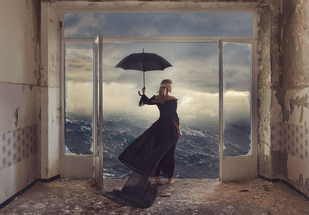 Обои для рабочего стола Девушка с зонтом стоит в заброшенной комнате и смотрит на море, фотограф Evgeny Loza