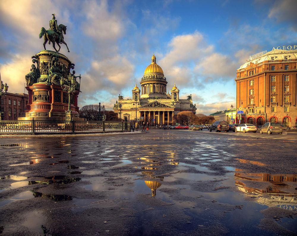 Обои для рабочего стола Памятник Николаю I, Исакиевский Собор и гостиница Астория отражаются на мокром асфальте, Санкт Петербург, Россия