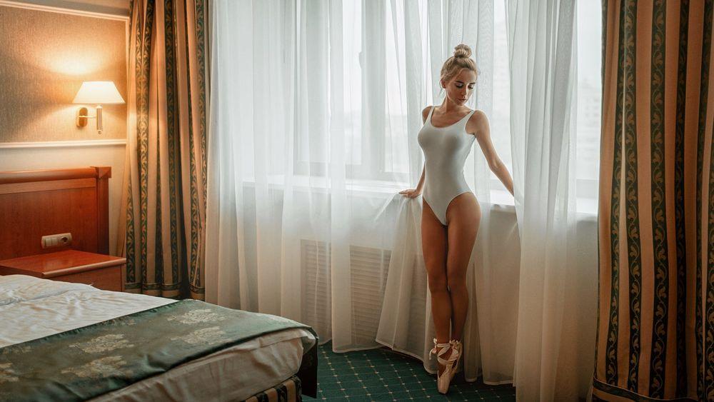 Обои для рабочего стола Девушка в пуантах стоит у окна, фотограф Георгий Чернядьев