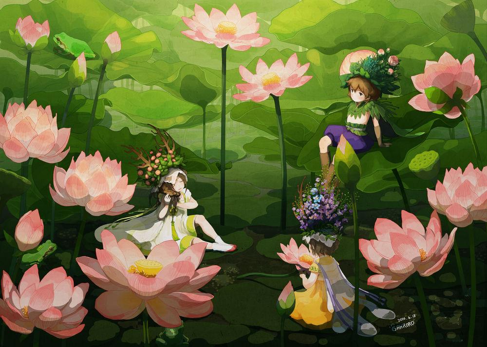 Обои для рабочего стола Три маленьких эльфа в цветочных коронах сидят среди цветущих лотосов