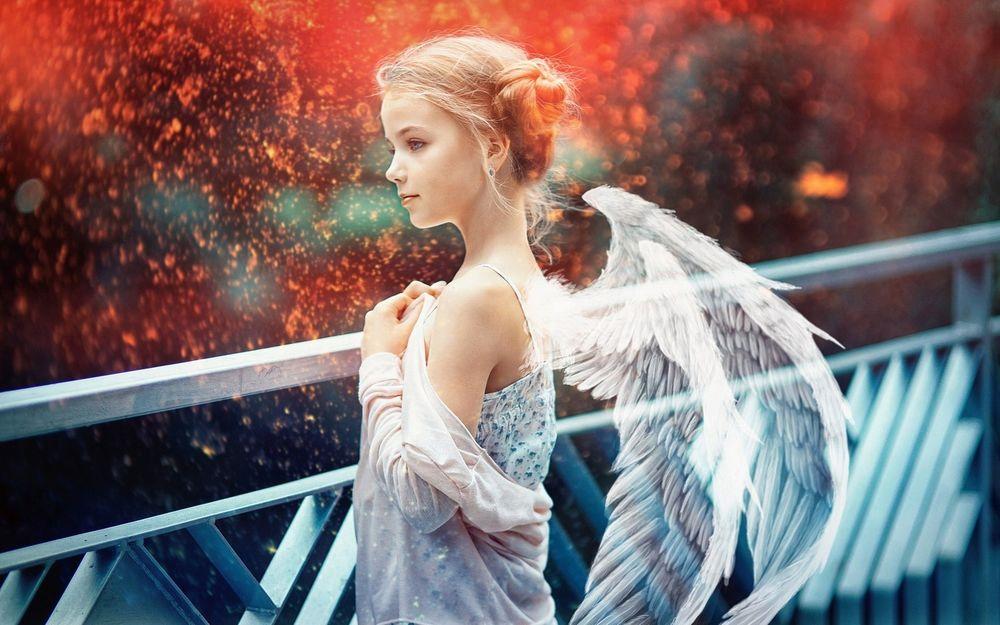 Обои для рабочего стола Девочка - ангел стоит на мосту, фотограф Sergey Piltnik