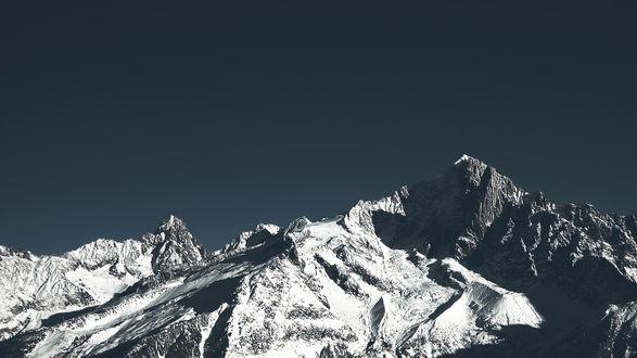 Обои Черно-белые горные вершины на фоне серого неба