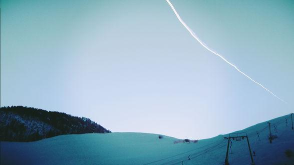 Обои Белый след в небе над снежными горами в бирюзовых тонах